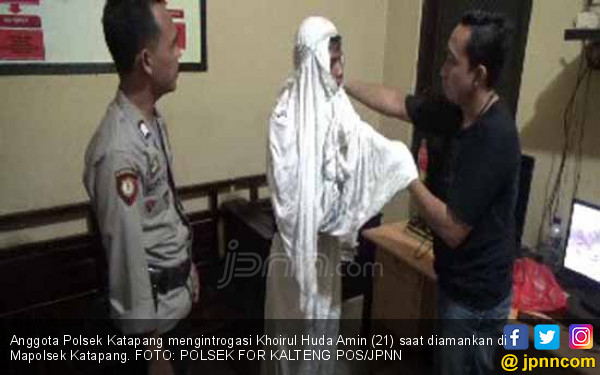 Lihatlah, Maling HP Kabur ke Masjid Lalu Pakai Mukena - JPNN.COM