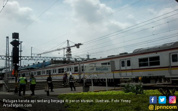 https://photo.jpnn.com/arsip/watermark/2018/02/03/petugas-kereta-api-sedang-berjaga-di-peron-stasiun-ilustrasi-foto-yessy-artadajpnncom.jpg