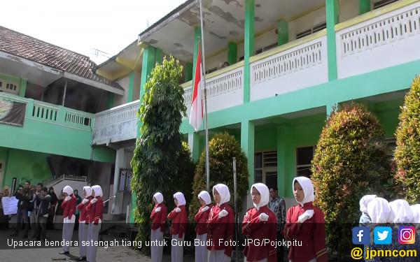 Kibar Bendera Setengah Tiang untuk Kenang Guru Budi - JPNN.COM