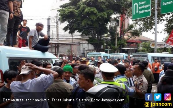 Beraksi Lagi, Sopir Angkot Tutup Akses Transjakarta di Tebet - JPNN.COM