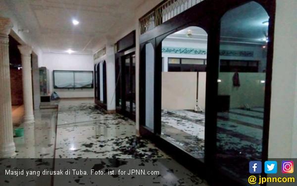 Sempat Salat Asar, Pria Tendang Kaca Masjid Sampai Pecah - JPNN.COM