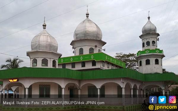 Pelaku Perusakan Masjid Mencium Kaki Gus Mad - JPNN.COM