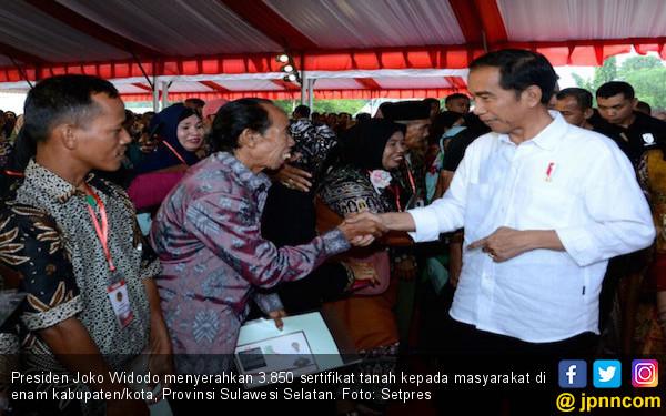 Jokowi Menyerahkan Ribuan Sertifikat Tanah ke Warga Sulsel - JPNN.COM