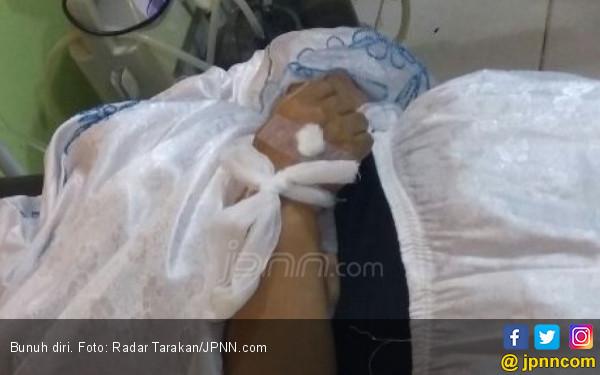 Lari Bawa Gelas Berisi Racun, Dikejar Suami tapi Terlambat - JPNN.com
