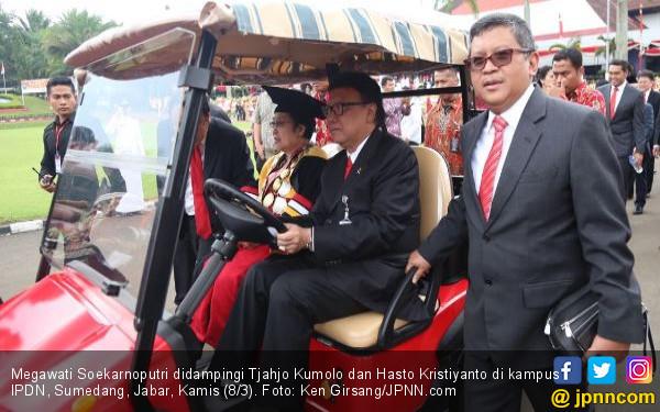 Megawati Raih Doktor Hc, Karangan Bunga Penuhi Kampus IPDN - JPNN.COM