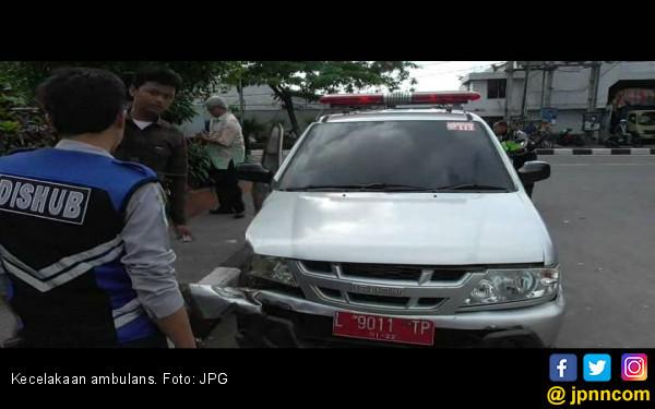 Dokter Setir Ambulans Tabrak Mobil Boks - JPNN.COM