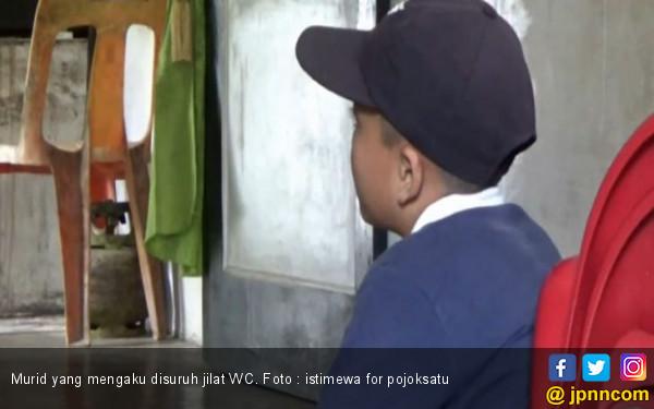 Tak Bawa Pupuk Kompos, Murid Ini Dihukum Gurunya Jilat WC - JPNN.COM
