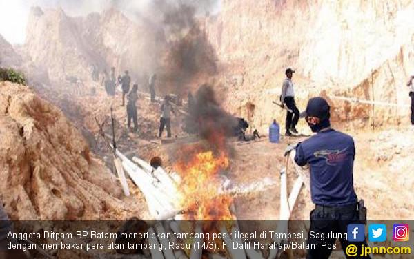 https://photo.jpnn.com/arsip/watermark/2018/03/21/anggota-ditpam-bp-batam-menertibkan-tambang-pasir-ilegal-di-tembesi-sagulung-dengan-membakar-peralatan-tambang-rabu-143-f-dalil-harahapbatam-pos.jpg