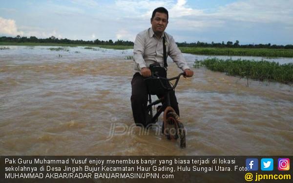Kisah Pak Guru di Daerah Pedalaman, Baju Berlumpur Hal Biasa - JPNN.COM