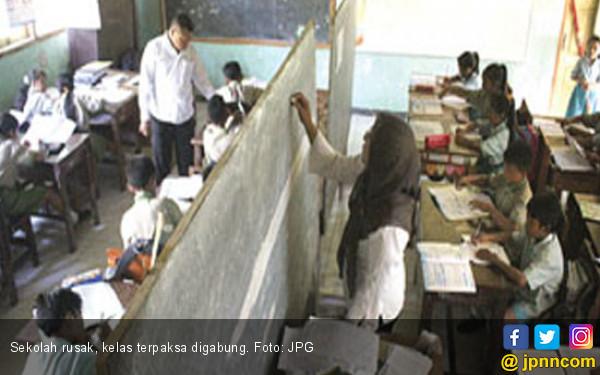 Duh Ada Lagi Sekolah Ambruk, Kelas Terpaksa Digabung - JPNN.COM