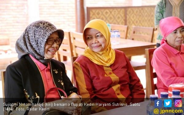 Ibunda Jokowi Mampir, Bupati Hingga Dandim Ikut Menyambut - JPNN.COM