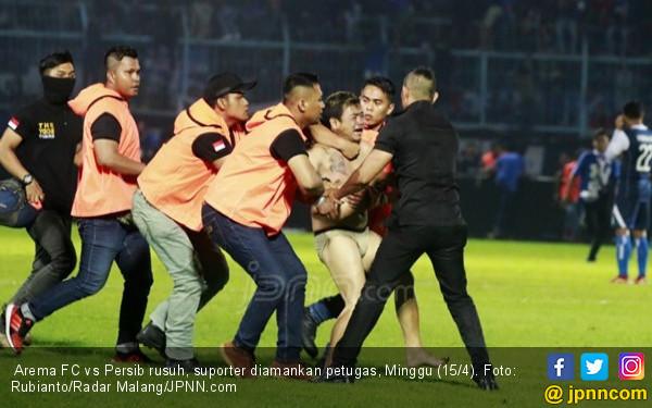 Arema vs Persib Rusuh, Gomez Luka, Manajemen Salahkan Wasit - JPNN.COM