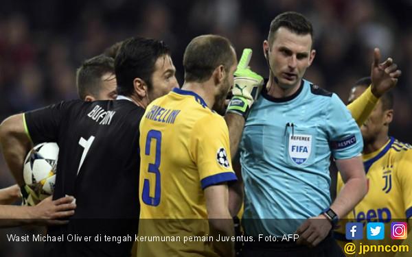 UEFA Kutuk Pelaku Pelecehan Michael Oliver dan Istrinya - JPNN.COM