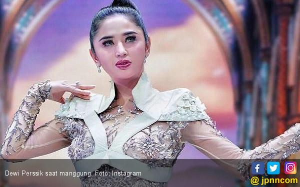 Dewi Perssik Jelaskan Alasan Rekan Artis tak Hadir di 7 Harian Ayahnya - JPNN.com