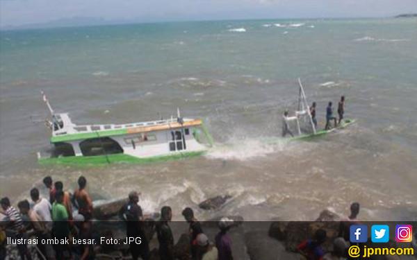 Ombak Besar Hantam Perahu Nelayan  - JPNN.COM
