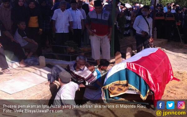 Haru, Ciuman Kapolda di Kening Iptu Auzar sebelum Pemakaman - JPNN.COM