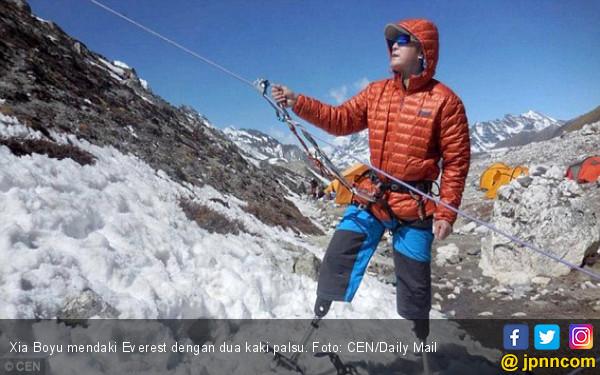 Kehilangan Dua Kaki, Xia Boyu Berhasil Taklukkan Everest - JPNN.COM