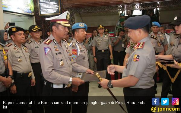 Kapolri Berikan Kenaikan Pangkat untuk Polisi Riau - JPNN.COM