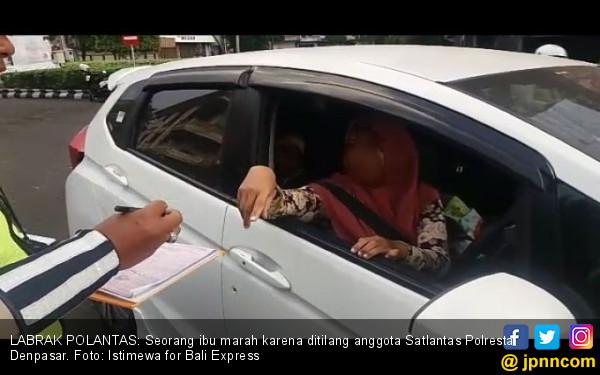 Power of Emak-emak: Ogah Ditilang, Labrak Polantas - JPNN.COM