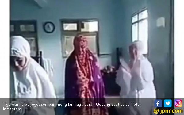 Parah! Diiringi Lagu Jaran Goyang, 3 Wanita Joget saat Salat - JPNN.COM