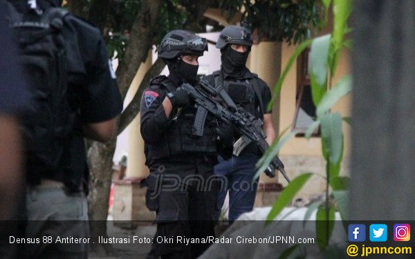 Densus 88 Membekuk Terduga Teroris yang Baru Selesai Salat Subuh di Musala - JPNN.com