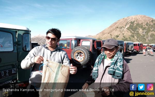 Dua Anak Mbak Puti Bagikan Kantong Sampah di Gunung Bromo - JPNN.COM
