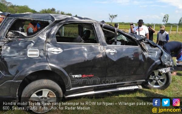 Mobil Terlempar dari Tol Ngawi – Wilangan, Remuk - JPNN.COM