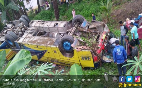 Bus Pemudik Terguling di Labusel, 1 Tewas, Belasan Terluka - JPNN.COM