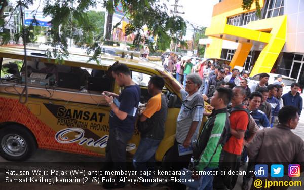 Khawatir Denda, Ratusan Wajib Pajak Serbu Samsat Palembang - JPNN.com