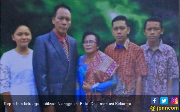 Ledikson bersama Istri dan Tiga Anaknya, Semoga Selamat - JPNN.COM
