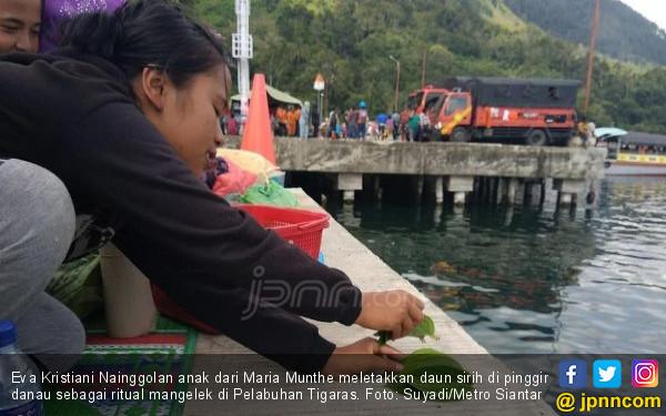 Beginilah Ritual Membujuk Penghuni Danau Toba - JPNN.COM