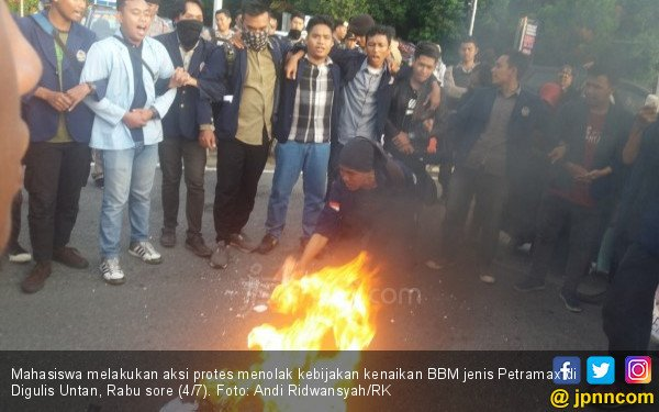 Protes Harga BBM Naik, Mahasiswa Bakar Gambar Jokowi - JPNN.com
