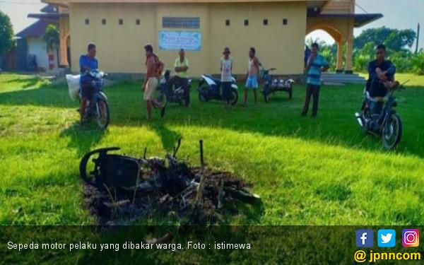 Sepeda Motor Milik Pencuri Kotak Infaq Ini Ludes Terbakar - JPNN.COM
