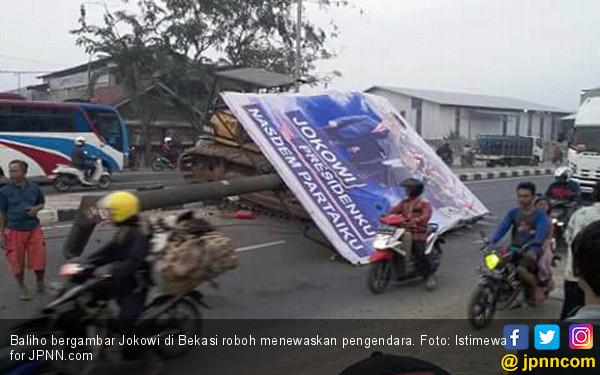 Baliho Bergambar Jokowi Roboh Tewaskan Pengendara - JPNN.COM