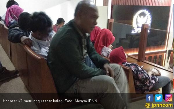 Demi Nasib, Honorer K2 Rela Menunggu Berjam-jam - JPNN.COM