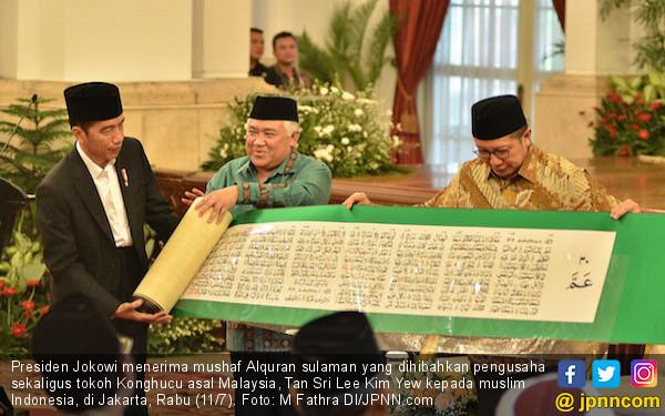 Jokowi Terima Mushaf Alquran Terbesar dari Tokoh Konghucu - JPNN.COM