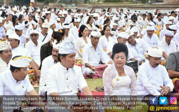 Ribuan Siswa di Karangasem Bali Lakukan Upacara Pawintenan - JPNN.COM