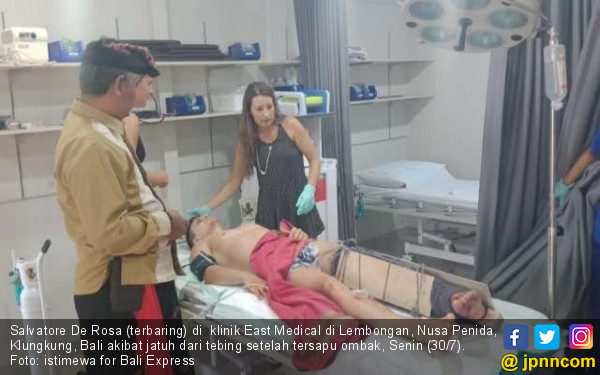 Tersambar Ombak saat Selfie, Turis Italia Patah Kaki - JPNN.COM