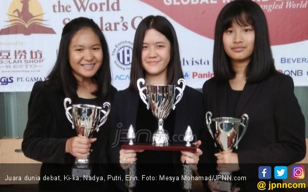 Angkat Isu Alien, Tiga Pelajar Indonesia Juara Dunia Debat - JPNN.COM