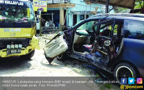 Mobil Ditumpangi Sekeluarga Tabrakan dengan Fuso, Ngeri - JPNN.COM