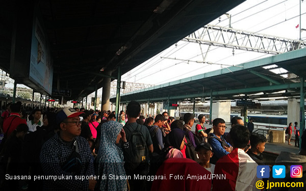 Ratusan Suporter Timnas Menumpuk di Manggarai - JPNN.COM