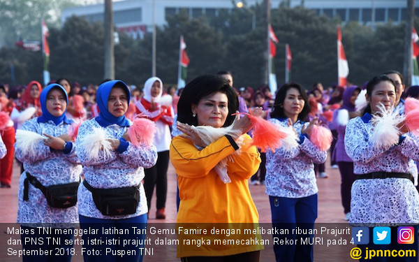 Ribuan Prajurit TNI dan Keluarganya Gelar Tari Gemu Famire - JPNN.com