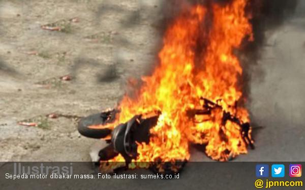 Massa Marah, Sepeda Motor Pelaku Pengeroyokan Dibakar - JPNN.COM