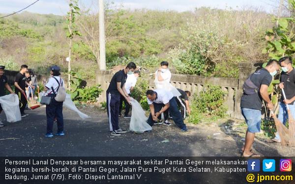 Peduli Lingkungan, Lanal Denpasar Membersihkan Pantai Geger - JPNN.COM