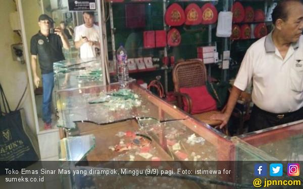 Detik-detik Perampokan Toko Emas di Palembang Terekam CCTV - JPNN.COM