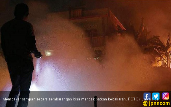 Padang Ilalang Terbakar, Dua Rumah Ikut Hangus - JPNN.com