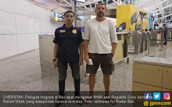 Keasyikan di Bali, Turis Ceko Overstay Sampai Dideportasi - JPNN.COM