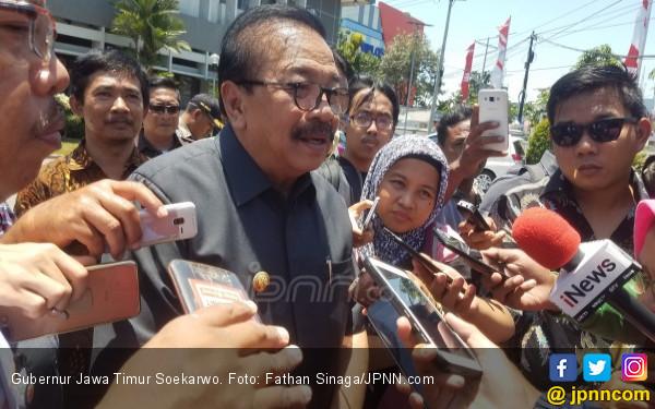 Raih Doktor Honoris Causa, Pakde Karwo Menitikkan Air Mata - JPNN.COM