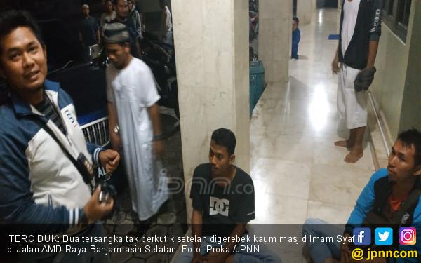 Edan! Risky dan Sholihin Berbuat Terlarang di Toilet Masjid - JPNN.COM