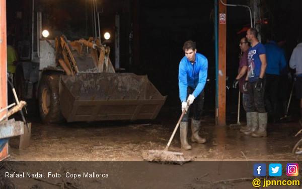 Lihat Aksi Rafael Nadal Bersihkan Lumpur Banjir Bandang - JPNN.COM